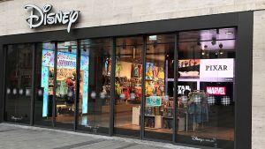 Mitten in der Münchner City können große und kleine Disney-Fans seit Mitte November wieder das Marken-Universum des Weltkonzerns live erleben. Knapp 20 Jahre nach der Schließung der vier Disney-Stores in Deutschland wagt das Unternehmen hierzulande ein Comeback mit eigenen Läden.