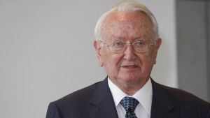 Helmut Maucher, geboren am 9. Dezember 1927 in Eisenharz im Allgäu, verbrachte fast sein gesamtes Berufsleben im Nestlé-Konzern. Im Alter von 21 Jahren startete er seine Karriere bei der deutschen Nestlé-Niederlassung in Frankfurt. 1970 verließ er das Unternehmen zum einzigen Mal, um zwei Jahre später zurückzukehren. 1975 wurde er Deutschland-Chef.