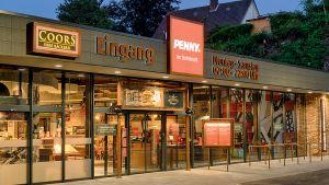 Die Penny-Filiale im niedersächsischen Georgsmarienhütte ist im Industrie-Look entworfen worden. Die Stahlindustrie hat die niedersächsische Stadt geprägt - das greift der Discounter in der Gestaltung des Marktes auf. Auffällig ist auch die Glasfassade. Als Besonderheit gibt es an diesem Standort einen Bäcker in der Vorkassenzone.