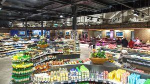 """Industriedesign als Bühne für viel Frische - damit profiliert sich die Edeka-Händlerfamilie Kels in Ratingen. Zudem steht der zum """"Store of the Year 2018"""" gekürte Markt für überdurchschnittliche Flächenleistung und hohe Spannen."""