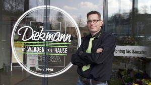 Kaufmann Andreas Diekmann ist Edeka-Händler im Essener Stadtteil Werden. Im Januar hat er seinen neuen Markt an der Velberter Straße eröffnet. Der Händlerberuf hat in seiner Familie Tradition: Seit 1998 sind die Diekmanns mit Edeka-Märkten in Werden präsent.