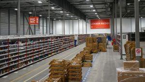Die Ware wird von den Großhändlern in eines  der Lager von Picnic geliefert. In den Niederlanden betreibt das Start-up derzeit drei Logistikzentren. Das größte hier in Diemen umfasst 10.000 qm und hat erst Ende vergangenen Jahres den Betrieb aufgenommen. Hier werden am Morgen die Bestellungen der Kunden zusammengepickt.
