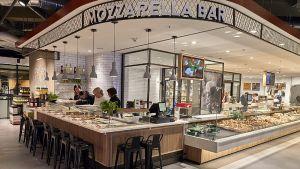 Durch die Kombination von Erlebniseinkauf, Eigenproduktion und Gastronomie setzt die Edeka-Händlerfamilie Zurheide in ihrem neuen Megamarkt in Düsseldorf neue Maßstäbe im deutschen Lebensmittelhandel.