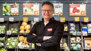 """Der 50-jährige Martin Gruber betreibt insgesamt vier Märkte östlich von München. Obwohl sie alle nicht groß sind, hat der Rewe-Händler jedem Markt einen individuellen Touch gegeben. Das mit 950 qm Verkaufsfläche besonders kleine Objekt in Rott beschreibt Gruber mit Stolz als """"Dorfladen""""."""