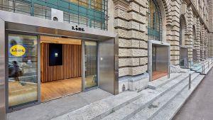 """Im Herzen von Zürich hat Lidl Schweiz Ende November 2017 seine erste """"echte"""" City-Filiale eröffnet. Mit einem speziell auf den Standort abgestimmten und ungewöhnlichen Filialauftritt will der Discounter die Innenstadtkunden für sich gewinnen."""