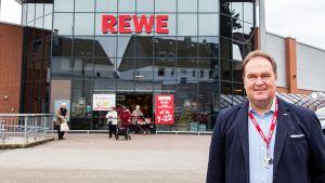 Sven Eklöh entstammt einer bekannten deutschen Händlerfamilie, er ist der Großneffe von Douglas-Gründer Herbert Eklöh. Viele Jahre war Sven Eklöh als Manager bei unterschiedlichen Unternehmen tätig, zuletzt als Vorsitzender der Geschäftsführung bei Hussel. Als selbstständiger Kaufmann bei Rewe Dortmund hat er zu seinen Wurzeln zurückgefunden.