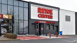 Nach wie vor deutscher Marktführer im Online-Supermarktgeschäft ist Rewe. Die Kölner bringen derzeit in 75 Städten Lebensmittel an die Haustür, in etwa 70 Filialen können die Kunden ihre bestellte Ware abholen. Um Click & Collect flächendeckend auszubauen, bindet die Gruppe auch verstärkt die Kaufleute ein. Eine Online-Plattform für Selbständige – wie sie Edeka mit Olivia anbietet – gibt es noch nicht. Derzeit erzielt der Handelskonzern mit Food Online mehr als 130 Mio. Euro Umsatz. Profitabel ist das Geschäft bisher nicht, künftig sollen automatisierte Lager die Kosten senken.