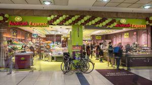 Der Bio-Fachhändler Alnatura hat ein Format für Hochfrequenzlagen entwickelt. Die Standortwahl für den ersten Alnatura Express fiel auf die Promenaden im Hauptbahnhof Leipzig. Das gut frequentierte Shopping-Center zieht Pendler, Touristen und die Einwohner von Leipzig an. Als große Lebensmittelhändler sind hier bereits Aldi, dm, Rewe und Rossmann vertreten.