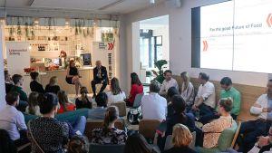 """Wie Start-ups und Traditionsunternehmen sich gegenseitig inspirieren, zeigt die Young Business Factory der LZ """"Impact der jungen Wilden"""" beim Unternehmen Bahlsen Anfang Mai 2018 in Berlin."""