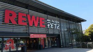 """An der Spitze der umsatzstärksten selbstständigen Foodhändler steht Rewe Petz aus Wissen im Westerwald. Das Team um die Geschäftsführer Maike Sanktjohanser und Gilbert Hemm erwirtschaftete 2017 einen Bruttoumsatz von 334 Millionen Euro und knackte damit auch netto die Umsatzmarke von 300 Millionen Euro. Das Unternehmen, an dem Rewe 50 Prozent Anteil hält, betreibt insgesamt 32 Standorte. Der im vergangenen Jahr wiedereröffnete <a href=""""https://www.lebensmittelzeitung.net/handel/Petz-Rewe-in-Wiehl-Neustart-mit-Baer-126536"""">Vorzeigemarkt steht in Wiehl</a>."""