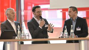 Wie sieht die Zukunft des Nonfood-Geschäfts aus? Sven Möller, Globus SB-Warenhaus (M.), diskutiert mit Klaus Schmelzeisen, Zwilling, (l.) und Frédéric Lehmann, Lego.