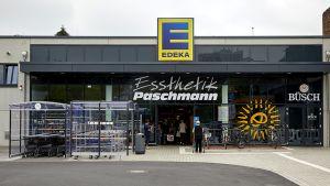 """Der neue """"Essthetik""""-Supermarkt von Edeka Händler Paschmann wirkt von außen noch recht unscheinbar. Doch innen drin profiliert sich der Markt mit anspruchsvoller Innenarchitektur, großem Sortiment und viel Frische."""