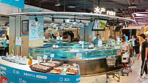 Frische, Erlebnis und Gastronomie gepaart mit Onlinehandel – das ist die Kombination, auf die der chinesische Onlinehändler Alibaba in seinem stationären Format Hema setzt. Ein Blick in den Standort Hangzhou-Westsee im Yuanhua-Einkaufszentrum unweit der Konzernzentrale.