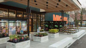 In Wollerau am Zürichsee hat Migros Zürich im März einen neuen Supermarkt eröffnet. Der Standort liegt verkehrstechnisch günstig direkt an einer Autobahnausfahrt mitten in der Gemeinde Wollerau.