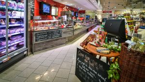 Der ehemalige Rewe-Regiemarkt im nordbayrischen Kemnath trägt seit Anfang 2017 die Handschrift von Kauffrau Susann Daubitz. Zahlreiche Accessoires und saisonale Dekorationen sorgen für ein individuelles Ambiente auf der knapp 2.000 qm großen Verkaufsfläche.