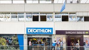Der französische Sportdiscounter Decathlon nimmt derzeit verstärkt den deutschen Markt ins Visier. Allein in diesem Jahr werden 18 neue Läden eröffnet. Einer davon ist der Compact Store im Frankfurter Nordwestzentrum. Er wird von dem Decathlon-Logistikzentrum in Schwetzingen beliefert.