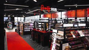 """Insgesamt hat der Store eine Verkaufsfläche von 350 qm. Zentrale Erlebnis-Anlaufstelle im typisch schwarz-weiß-rot gestylten Laden ist der """"Beauty Hub""""."""