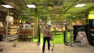 Das verdeutlicht sich auch in Steglitz. Auf 2.200 qm bietet der Hit-Markt rund 30.000 Artikel. Neben Markenartikeln gibt es viele regionale Waren und Bio-Produkte sowie viel Produktion vor Ort.