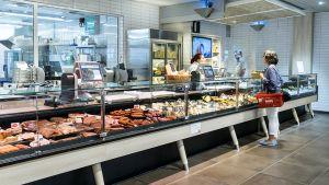 Direkt nach Fleisch und Wurst schließt sich das deutlich kleinere Käsesortiment an. Wie in vielen anderen Bereichen will Tönnies seine Kunden dort preislich nicht überfordern.