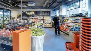 Direkt am Eingang des neuen Marktes mitten in Mainz bündelt Tegut Produkte für den Sofortverzehr. An diesem Standort unweit des Mainzer Hauptbahnhofes hat Tegut sein gesamtes Convenience-Sortiment freigeschaltet, das rund 1.000 Artikel umfasst. Der hessische Supermarktbetreiber arbeitet an der Warengruppe und will in City-Lagen verstärkt Sofortverzehr anbieten.