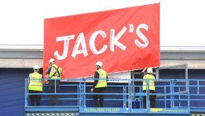 Tesco startet seinen Angriff auf Aldi und Lidl und enthüllt den ersten Markt unter dem Jack's Banner. Die ersten zwei Filialen eröffnen am 20. September 2018 in Chatteris (Cambridgeshire) und Immingham (Lincolnshire).