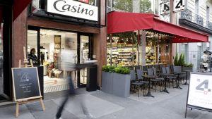 """Ganz in der Nähe der Champs-Elysées hat die französische Casino-Gruppe Anfang Oktober das Hybrid-Konzept """"Le 4 Casino"""" eröffnet. Von außen auf den ersten Blick ein typisches Pariser Bistro, angereichert mit einem Angebot an frischen Lebensmitteln."""