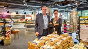 Inhaber Willi Pfaff und Birgit Neumann haben im Herbst ihren bislang größten Vollcorner Bio-Markt in München auf 1000 qm eröffnet. Der supermarktähnliche Auftritt kann mit seinem hohem Frischeanteil, urbanem Design und großen Wein- und Kosmetikabteilungen nicht nur den Bio-Wettbewerbern Paroli bieten.