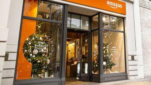 Am 22. November hat Amazon seinen ersten deutschen Pop-up-Store in Berlin gestartet. Der kleine Laden liegt zentral auf dem Ku'damm, ganz in der Nähe der Markenshops von Tesla und Apple. Er hat an fünf Tagen jeweils von 10 bis 20 Uhr geöffnet. Das stationäre Projekt ist Teil einer europaweiten Weihnachtsoffensive des Online-Händlers, der in mehreren europäischen Metropolen stationäre Dependancen auf Zeit platziert.