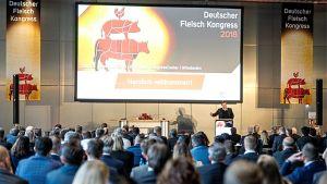 Rund 400 Teilnehmer aus der Fleischwirtschaft treffen sich Ende November beim Deutschen Fleischkongress in Wiesbaden. Im Mittelpunkt steht dabei die Frage, wie sich die deutschen Hersteller und der Handel künftig im Markt für Fleisch und Wurst aufstellen. Unstrittig ist, dass die Branche vor großen Veränderungen steht - mit dem Thema Tierwohl als Treiber.