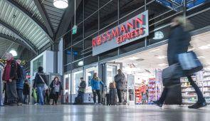 Im Mainzer Hauptbahnhof zeigt sich Drogeriebetreiber Rossmann seit Ende September mit einer runderneuerten Express-Filiale. Auf rund  400 qm Verkaufsfläche ist der Händler Bioladen, Convenience-Store, Nahversorger, Drogerie und vor allem Preisführer in einem.
