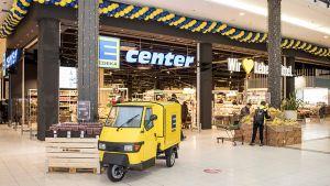 In dem auf Blaugelb umgeflaggten ehemaligen Marktkauf-Standort in Rostock zeigt das Management von Edeka Nord, wie es sich die Zukunft der Großfläche vorstellt. Konzeptionell will das neue E-Center vor allem mit den Edeka-Stärken Frische und Regionalität überzeugen.