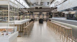 """Neues Design in der sechsten Etage: Im Berliner Traditionskaufhaus KaDeWe sind rund 2000 Quadratmeter der insgesamt 8000 qm großen Gastro- und Lebensmittelwelt neu eröffnet worden. Im Jahresrhythmus sollen die restlichen """"Quadranten"""" folgen. Seit 2016 wird das Luxuskaufhaus schrittweise modernisiert. Insgesamt hat das KaDeWe eine Verkaufsfläche von mehr als 60.000 qm."""