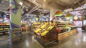 Insgesamt hat der Markt eine Verkaufsfläche von 800 qm. Los geht's mit Frische. Die peppige Obst- und Gemüseabteilung wirkt großzügig.  Mit integriert worden soll auch eine Salatbar in SB sein. Die Salatbar werde in der Filiale von den Mitarbeitern bestückt, täglich würden die Salate über das Regionallager angeliefert und manche Zutaten vor Ort frisch produziert, so das Unternehmen. Für einen Discounter ist eine solche Frischestation ein Novum. Bislang soll es die neue Penny-Salatbar nur noch ein zweites Mal in der Berliner Penny-Filiale in der Friedrichstraße geben.
