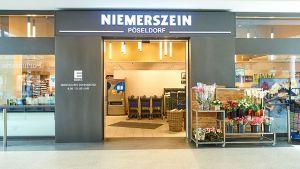 Im Hamburger Stadtteil Pöseldorf hat die Edeka-Kaufmannsfamilie Niemerszein eine Kleinfläche mit nur 850 qm umfassend umgebaut. Dabei bleibt der Händler seinem bewährten Konzept von einem breiten Sortiment mit besonderen Akzenten durch Marken jenseits des Mainstreams treu.