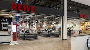 In einem Wohn-Handelskomplex an der Rheingauer Straße liegt der Supermarkt im Erdgeschoss mit direkter Verbindung zur Tiefgarage.