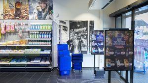 Edeka startet als Drogist: In Bremerhaven hat die Großhandlung Minden-Hannover im Januar die erste gemeinsame Budni-Filiale in Eigenregie eröffnet. Der Koppelstandort liegt direkt neben dem Verbrauchermarkt des Edeka-Kaufmanns Joachim Vagts. Der Wettbewerb in der Stadt mit 113.000 Einwohnern ist hart. So gibt es dort bereits sieben Filialen von Rossmann und zwei dm-Standorte.