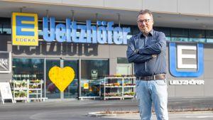 In Ellhofen bei Heilbronn hat Steffen Ueltzhöfer Ende 2018 seinen fünften Markt eröffnet. Direkt neben dem Lager von Edeka-Südwest bietet er in seinem modernen Verbrauchermarkt jede Menge Bio, Spezialitäten und spannende Eigenmarken an.