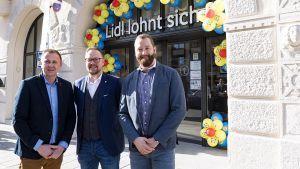 Die Lidl-Manager Sebastian Theiling (Geschäftsführer Regionalgesellschaft Anzing), Michael Hoffmann (Bereichsleiter Immobilien Regionalgesellschaft Anzing) und Marek Franz (Leiter des Immobilienbüros München, v.l.) haben die Kleinfiliale entwickelt.