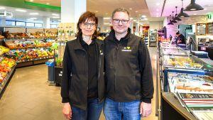"""Mit der nur 540 qm Verkaufsfläche großen Filiale  bewegen sich Karin und Hans-Peter Gropper auf neuem Terrain. Die Kaufmannsfamilie betreibt im knapp zwei Kilometer entfernten Inningen und in Pöttmes weitere Standorte, allerdings """"auf der grünen Wiese"""" und mit deutlich größeren Verkaufsflächen."""