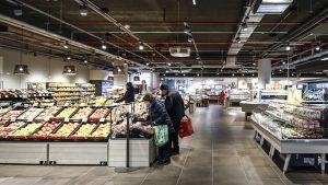 Viel Platz, ein schickes Ladenlayout, ansprechend ausgeleuchtete Ware – seit Mitte Februar 2019 ist Rewes erster 2020-Konzeptmarkt in Frankfurt am Netz. Er liegt mitten auf der Stadtteil-Einkaufsmeile Berger Straße, im Untergeschoss eines ehemaligen Saturn-Markts. Im Umkreis von 500 Metern betreibt Rewe noch zwei weitere Standorte.