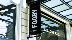 """Seit Anfang März betreibt der Schweizer Händler Coop in der Innenstadt von Lausanne ein neues Ladenformat. Unter """"Fooby"""", der Food- und Rezept-Plattform der Coop, werden auf rund 1000 qm Lebensmittel in einer handwerklichen Genusswelt zelebriert."""