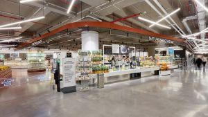 Am 22. März 2018 eröffnete die Edeka-Händlerfamilie Zurheide ihren Megamarkt der Extraklasse in Düsseldorf auf 10.000 qm Verkaufsfläche. Nach einem Jahr fällt die erste Bilanz durchwachsen aus.