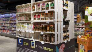 Der größte deutsche Lebensmittelhändler Edeka wirbt mit seiner Foodstarter-App und dem in Berlin ansässigen Food Tech Campus um Jungunternehmer. Auf der Plattform Foodstarter haben sich mehr als 800 Start-ups registriert. Hier können Kaufleute Innovationen aufspüren und diese dann auch im Laden aufmerksamkeitsstark platzieren. Das Food-Starter-Regal findet sich auch testweise beim Partner Budnikowsky.
