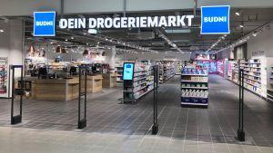 In Bamberg eröffnet bundesweit der erste Budni-Markt eines Edeka-Kaufmanns. Olaf Birger hat zusammen mit dem Hamburger Drogeriemarktbetreiber den Laden auf 670 qm entwickelt. Angesiedelt ist er im Gebäudekomplex des E-Centers Birger im Bamberger Hafen.
