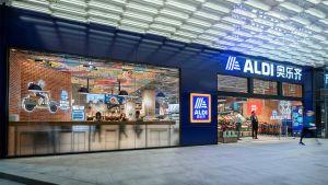 Am heutigen Freitag hat Aldi in Shanghai seine ersten beiden Stores eröffnet. Der erste Blick in den Markt im Jing'an Sporteinkaufszentrum im Jing'an Bezirk zeigt, dass sich der deutsche Discount-Pionier deutlich hochwertiger als in anderen Auslandsmärkten präsentiert.
