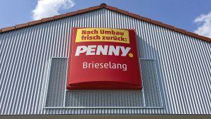 In zwei Testmärkten in Brieselang und Teltow bei Berlin lotet Penny die Chancen für ein neues Filialkonzept aus. Es unterscheidet sich grundlegend vom aktuellen Penny-Standardformat und erscheint mehr wie ein klassischer Vollsortimenter als ein Discount-Markt. So soll sich der Rewe-Discounter noch stärker von Konkurrenten wie Aldi, Lidl und Netto differenzieren.