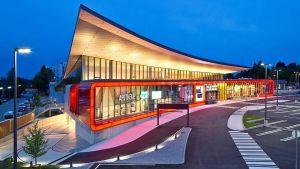Großflächenbetreiber Maximarkt stellt im oberösterreichischen Ried sein neues Ladenkonzept vor. Schon das Gebäude ist mit seinem geschwungenen Dach und den großen Glasflächen ein Hingucker.