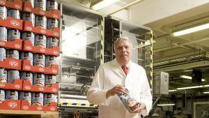 Aus kleinsten Anfängen heraus formt Krüger ein Milliardenimperium. Die Keimzelle ist eine eigene Fabrik auf dem Firmengelände seiner Eltern im Jahr 1971: Mit zwölf Mitarbeitern startet Krüger die Herstellung von Instant-Tee. Im Laufe der Jahre kommen weitere Geschäftsfelder hinzu, wie Cappuccino und frei verkäufliche Arzneimittel.