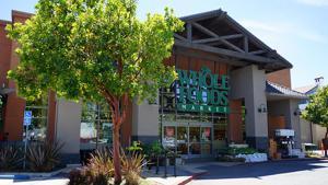 Vor etwa zwei Jahren hat Amazon den Biofood-Fillialisten Whole Foods übernommen. Seither versucht der Online-Gigant, stationäre Erlebnisfrische mit dem rationalen Internetbusiness zu verschränken. Die Filiale in Los Altos im kaufkräftigen Silicon Valley zeigt das exemplarisch.