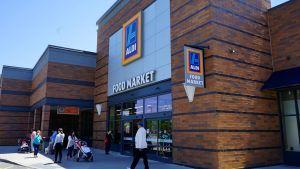 Aldi Süd betreibt in und um New York gut 20 Stores in bewährter Discountmanier. In Brooklyn, im Fachmarktzentrum am Gateway Drive, hat sich Aldi zwischen die US-Wettbewerber Target, Shop Rite und JC Penney platziert  – die er gehörig unter Preisdruck setzt.